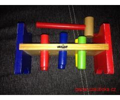 Hračka zatloukačka pro malé děti