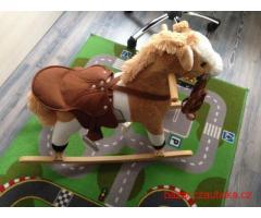 Dětský houpací koník, řechtá